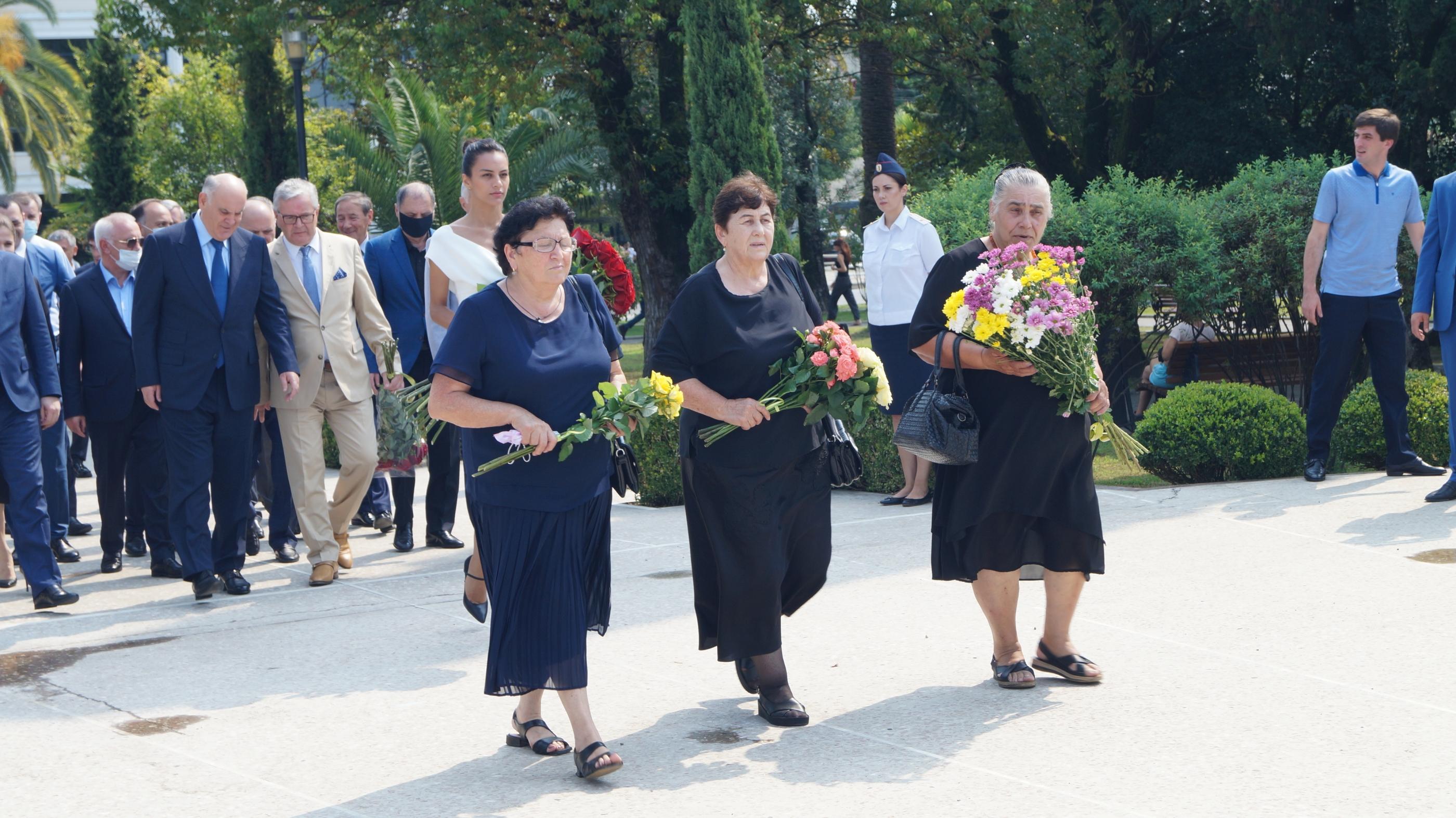 В Сухуме почтили память погибшим в честь 13-ой годовщины признания независимости Республики Абхазия Россией