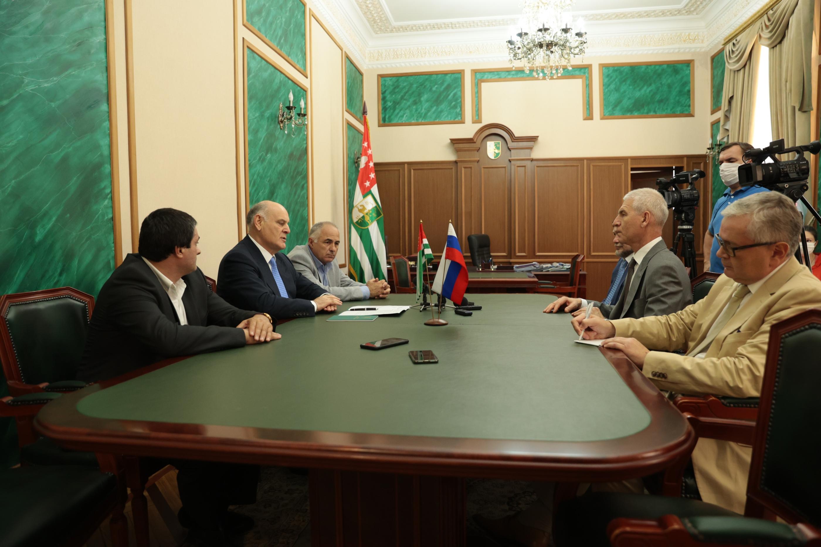Президент Абхазии Аслан Бжания принял министра спорта России Олега Матыцина