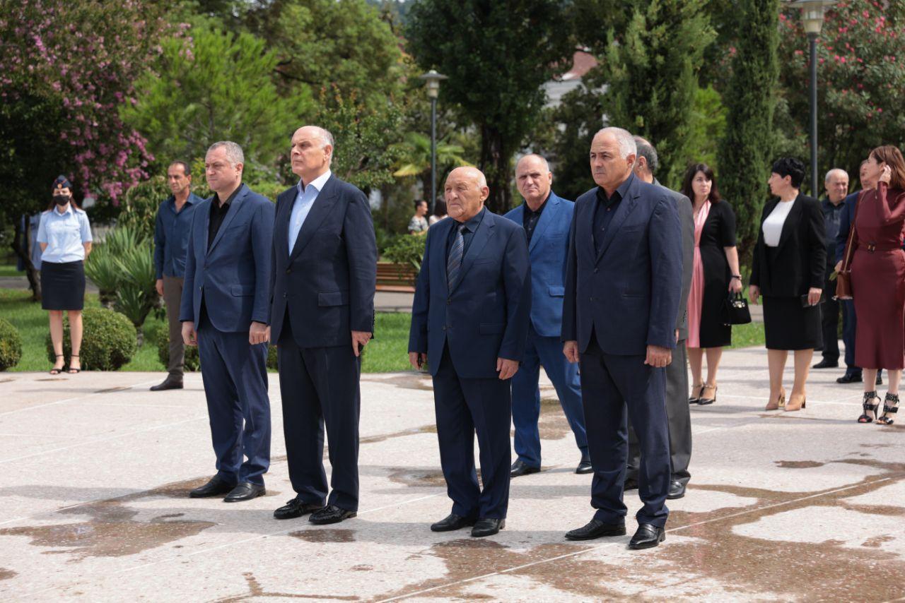 Президент Аслан Бжания почтил память защитников Отечества