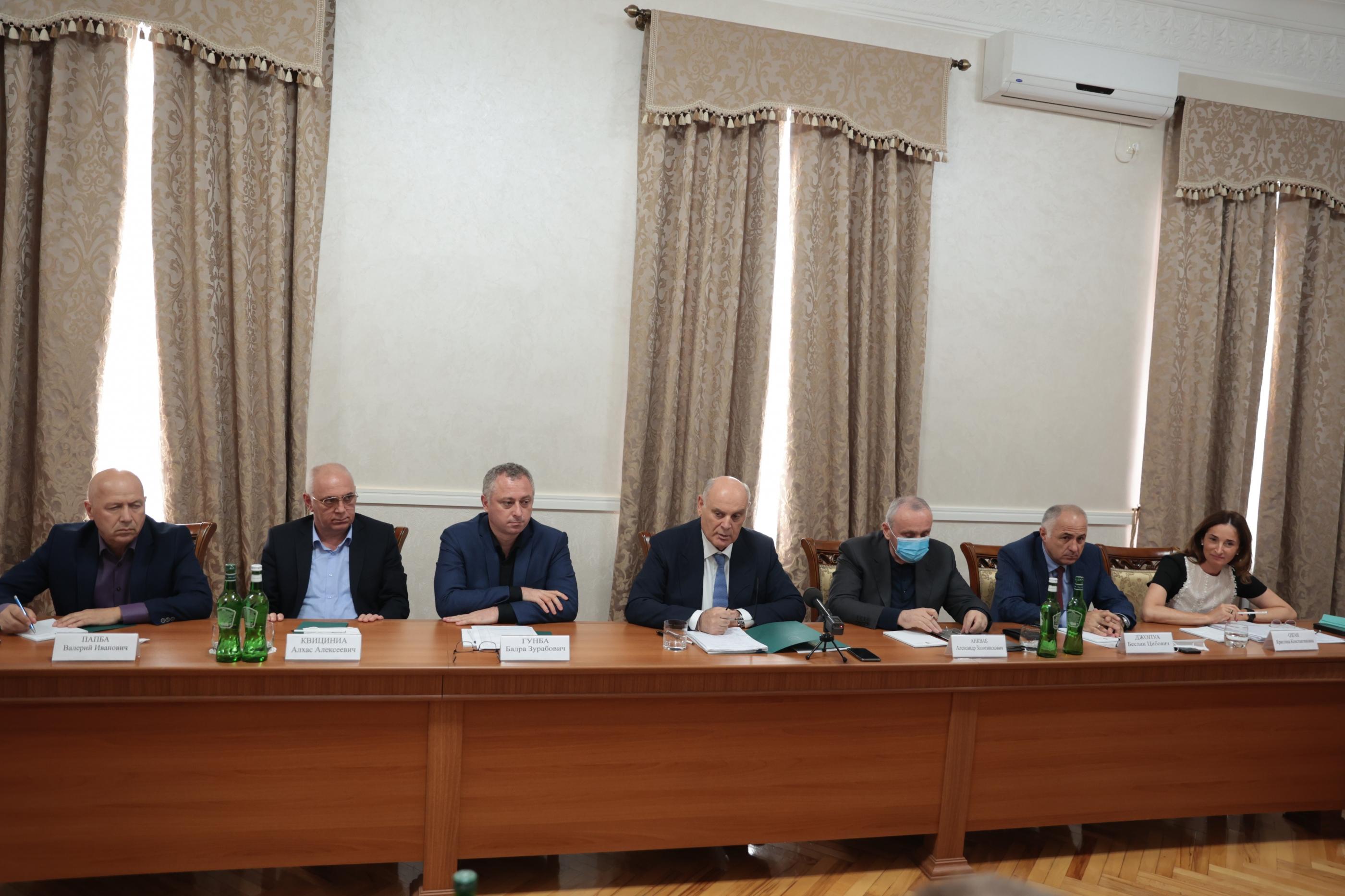 Президент Абхазии Аслан Бжания провел рабочую встречу с делегацией Минэкономразвития РФ во главе с Дмитрием Вольвачем