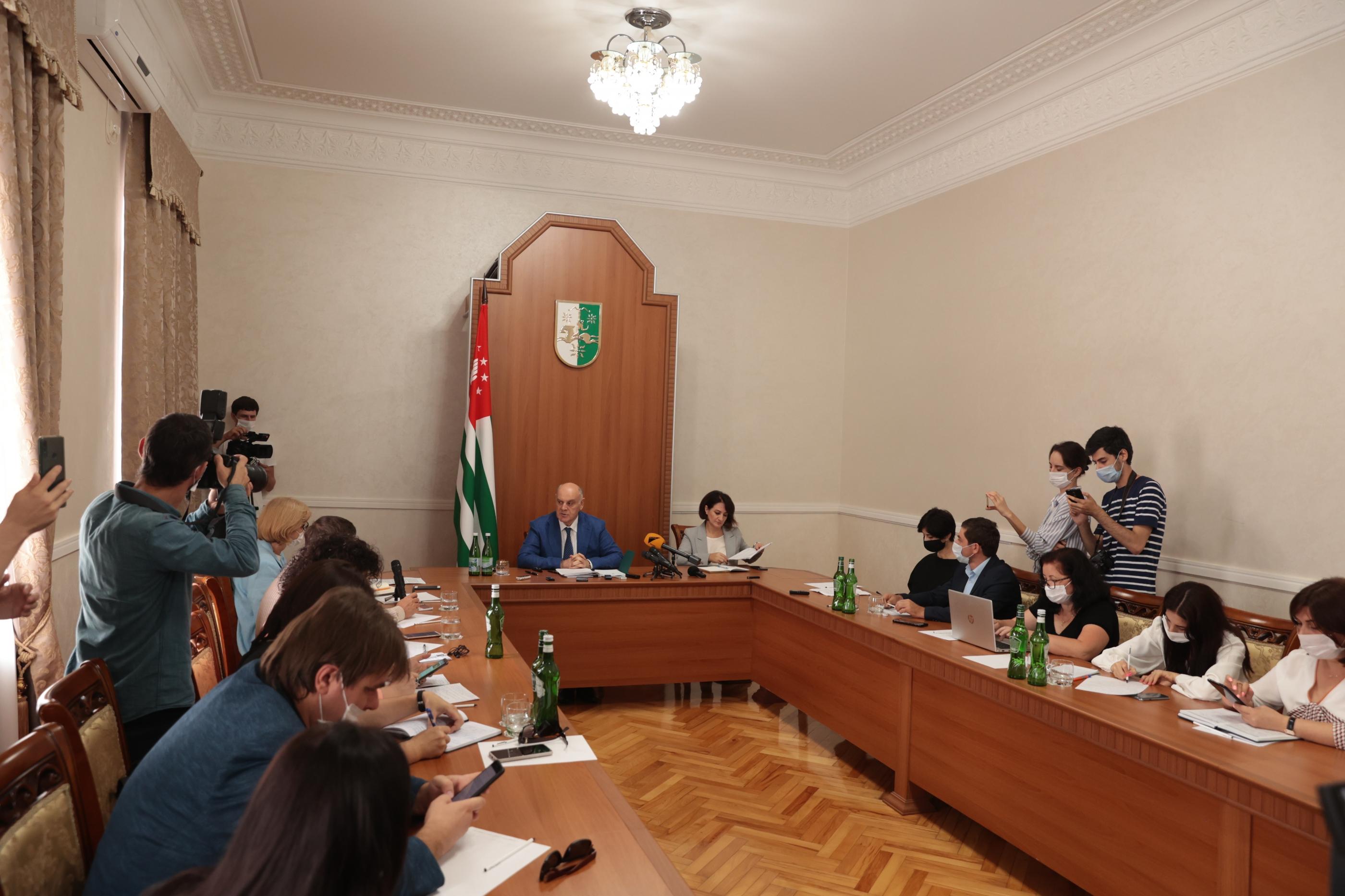 Президент Аслан Бжания дал пресс-конференцию абхазским СМИ