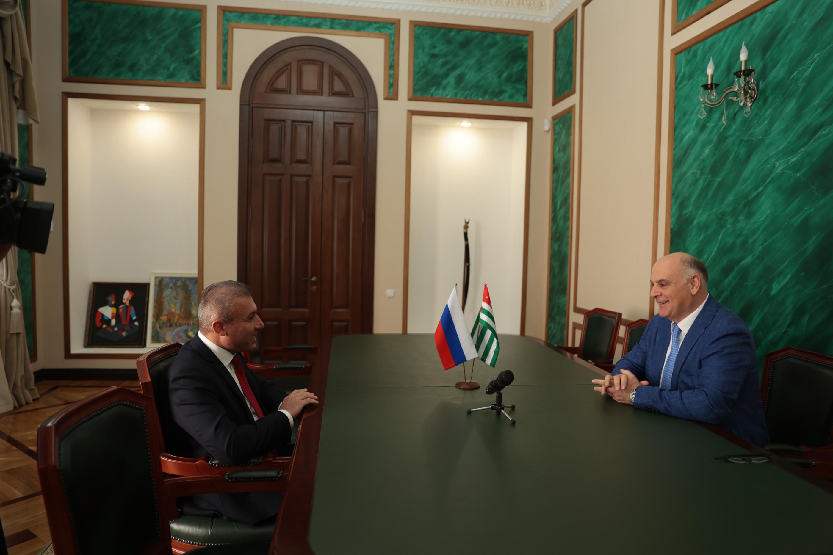 Состоялась встреча Президента Абхазии Аслана Бжания с делегацией Архангельской области во главе с Ваге Петросяном