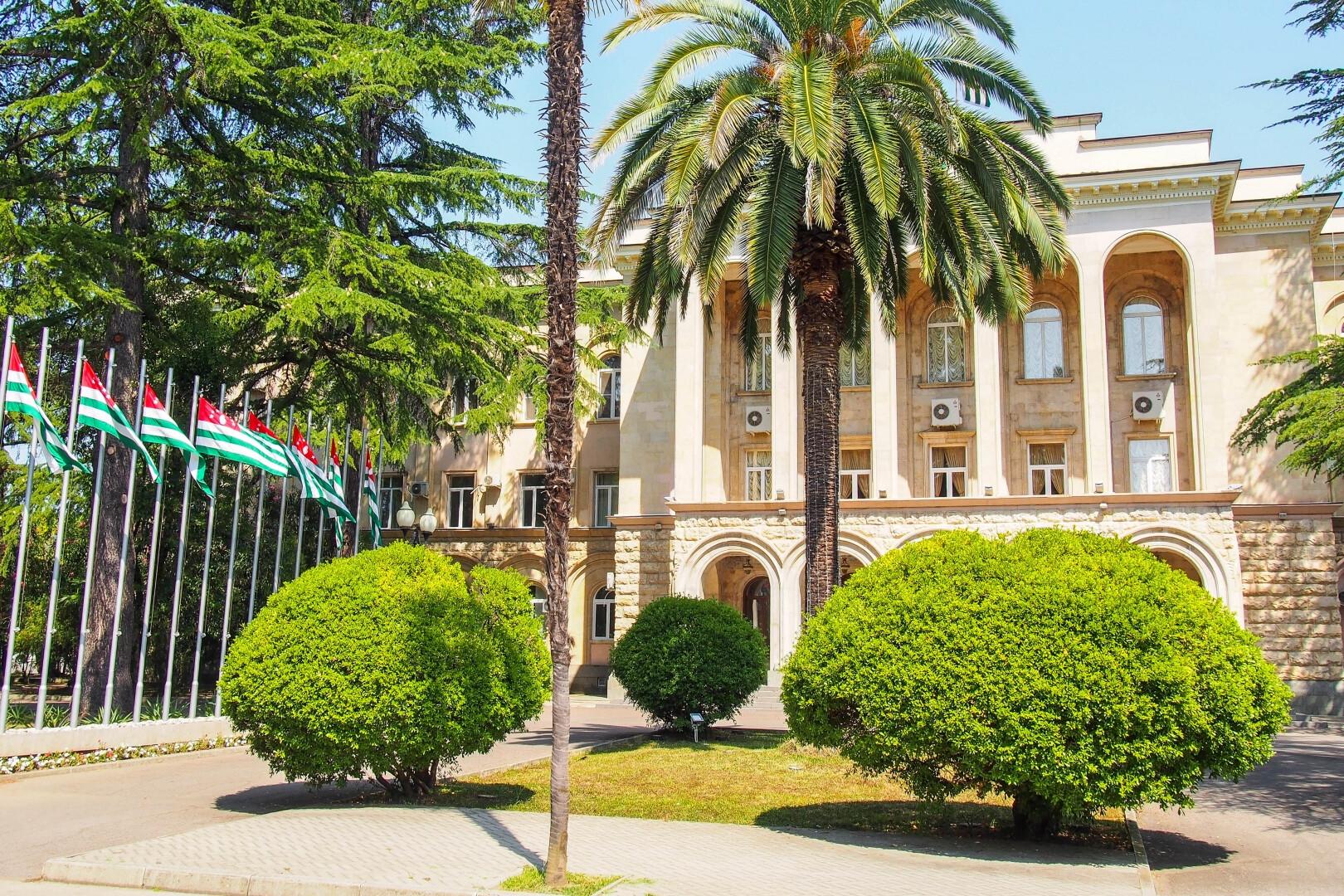 Президент Абхазии Аслан Бжания прервал рабочую поездку в Москву и вернулся в Абхазию.