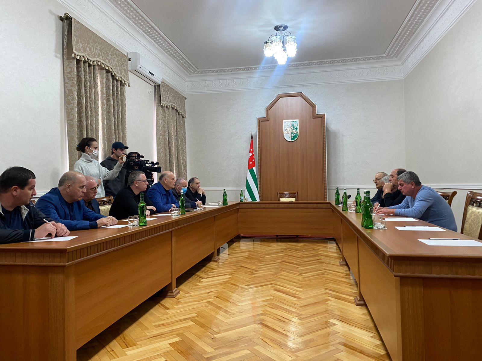 Президент Аслан Бжания встретился с представителями села Адзюбжа