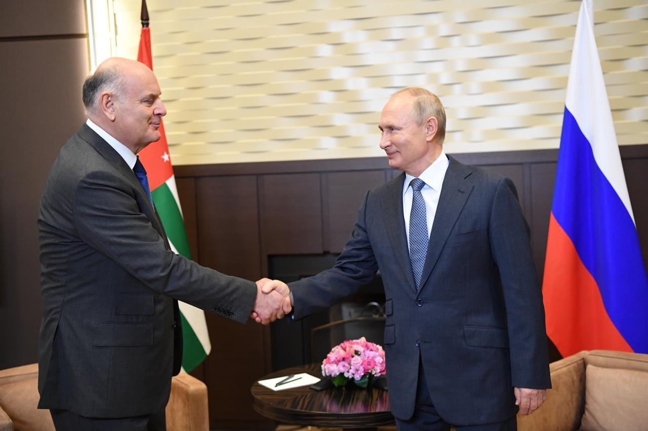 Президент Аслан Бжания поздравил Владимира Путина с Днем рождения