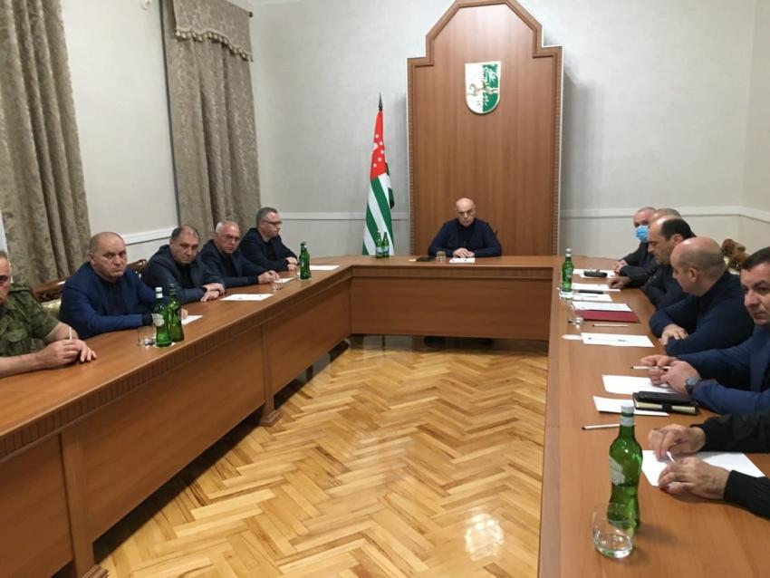 Президент Аслан Бжания провел совещание с участием силовых структур